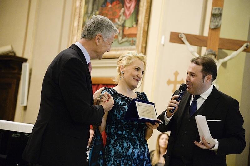 UNESCO Targa a Felicia  Bongiovanni come  Ringraziamento per l'impegno profuso nella realizzazione del Progetto La Bellezza orante in Musica,consegna la targa il Pres.del Club Unesco di Forlì Pierluigi Gianquitto_800