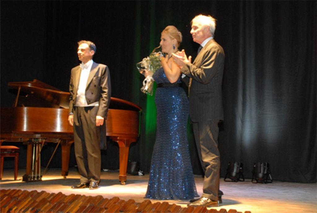 Felicia Bongiovanni e il Maestro Lorenzo Bavaj assieme all'ambasciatore italiano in Etiopia Giuseppe Mistretta