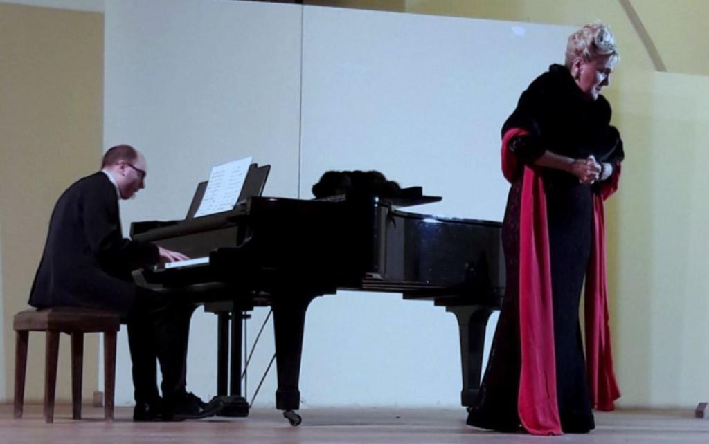 Felicia Bongiovanni accompagnata dal pianista Ippolito Parrinello durante il concerto